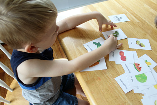 http://image.bestbrains.com/blog/flashcards/kid-playing-with-flash-card.jpg