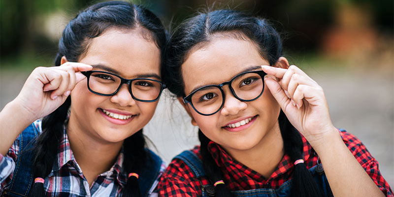 https://cdn.bestbrains.com/blog/is-summer-educaton-a-good-idea/two-girl-students-with-glasses.jpg