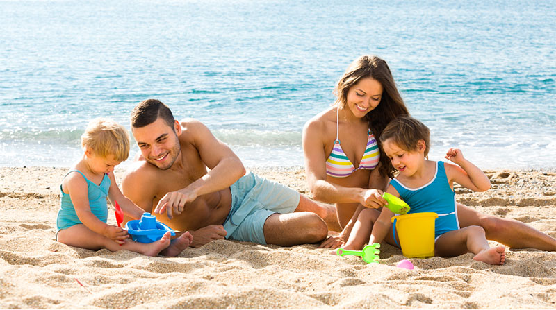 https://cdn.bestbrains.com/blog/national-sunscreen-day/family-playing-in-the-beach-sand.jpg
